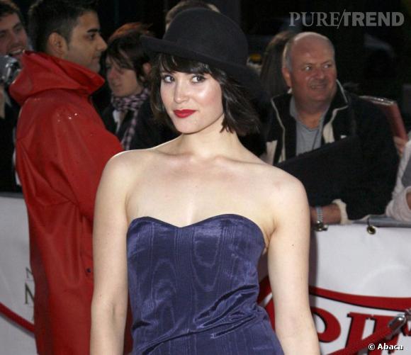 Gemma Arterton se fait pimpante, le carré - noir corbeau cette fois - coiffé d'un chapeau melon très british. Bon point pour la jolie bouche rouge.