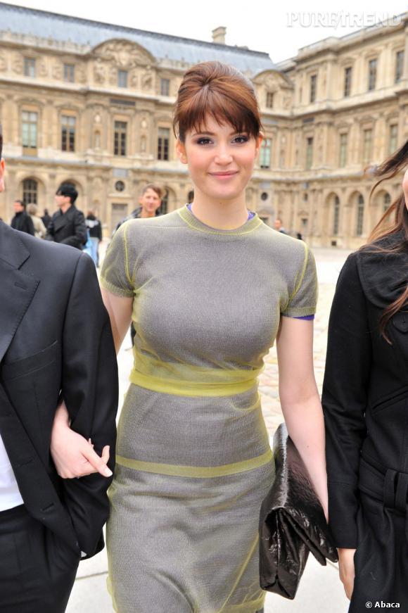 Venue assister à la Fashion Week parisienne, Gemma Arterton se coiffe d'un chignon banane qui s'accorde bien avec sa robe aux lignes rétro.