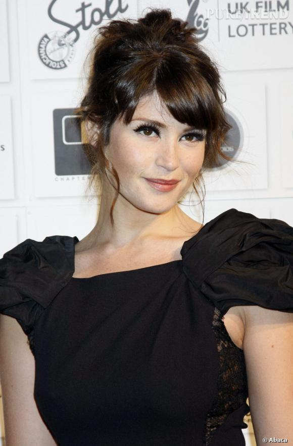 Gemma Arterton a la bonne idée de se coiffer d'un chignon flou et romantique. Bonne pioche. En revanche, attention au trait d'eye liner sur les yeux, un peu trop épais.