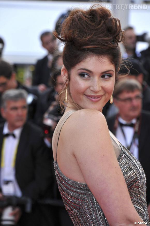 Au 65e Festival de Cannes, Gemma Arterton craque pour un chignon boule très volumineux et un peu fouilli. Une coiffure très diva, peut-être un peu too much.