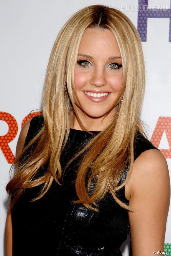 Amanda Bynes semble copier le dégradé lisse de Jennifer Aniston. Malgré l'effet racines, c'est plutôt réussi, le maquillage aussi.