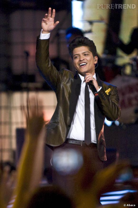 Bruno Mars est accro aux costumes, il les aime colorés ou brillants.
