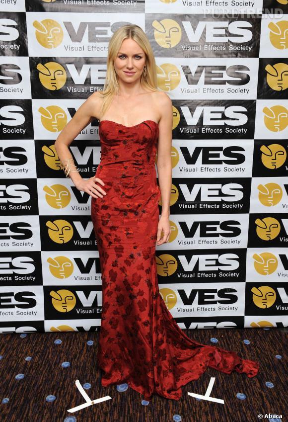 """Naomi Watts en rouge sur red carpet pour les 2013 Visual Effects Society Awards. L'actrice a récemment dit """"Une blonde en rouge, ça fait très actrice porno"""". Nous, on aime bien le résultat."""
