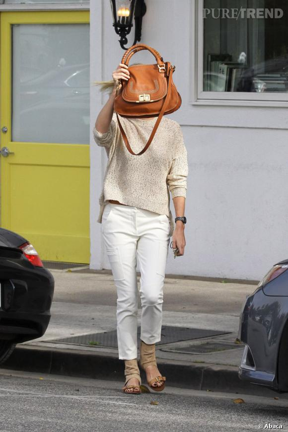 Un it-bag XXL, super pratique pour se camoufler, n'est-ce pas... Charlize Theron !