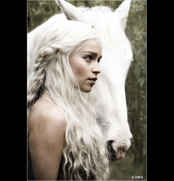 La perruque d'Emilia Clarke vaut la bagatelle de 7000 dollars (soit presque 5500 €) et est composée de cheveux naturels.