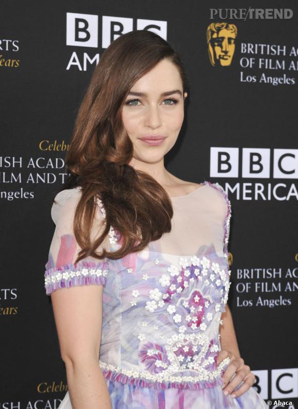Difficile de reconnaître Emilia Clarke sur le tapis rouge.