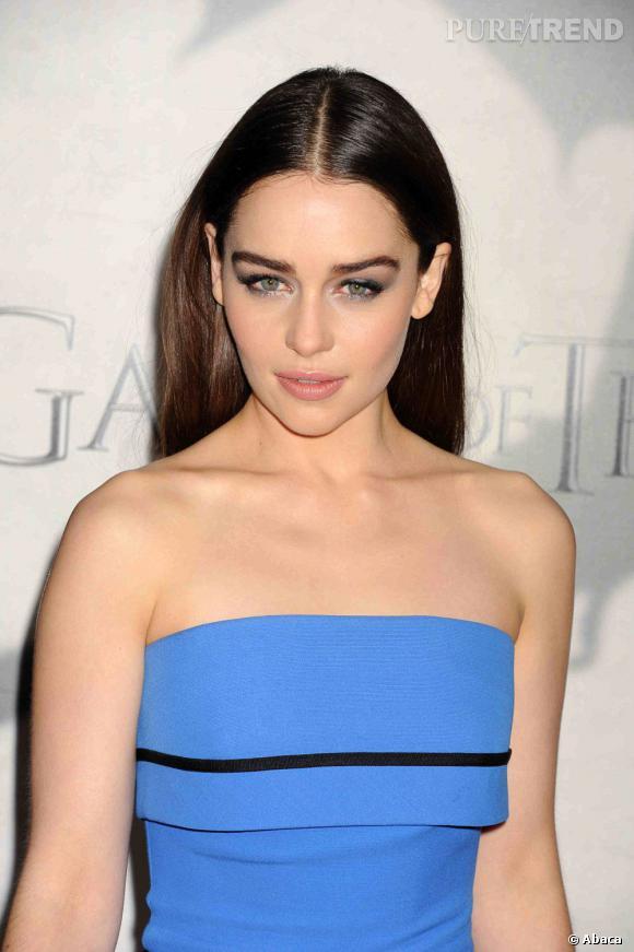 L'astuce qu'Emilia Clarke a piqué à sa mère : ne pas toucher à ses sourcils et hydrater sa peau deux fois par jour.