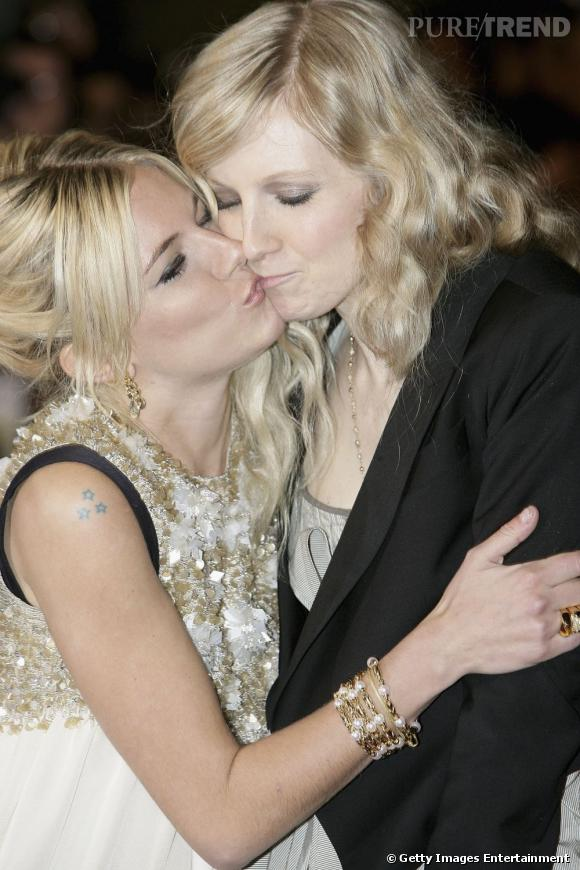 Ultra complice avec sa soeur, Sienna Miller n'hésite pas à lui faire un tendre baiser.