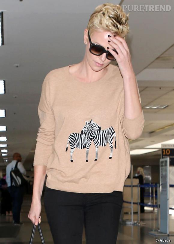 Charlize Theron à l'aéroport internation de Los Angeles, aux Etats Unis, le 17 avril 2013.