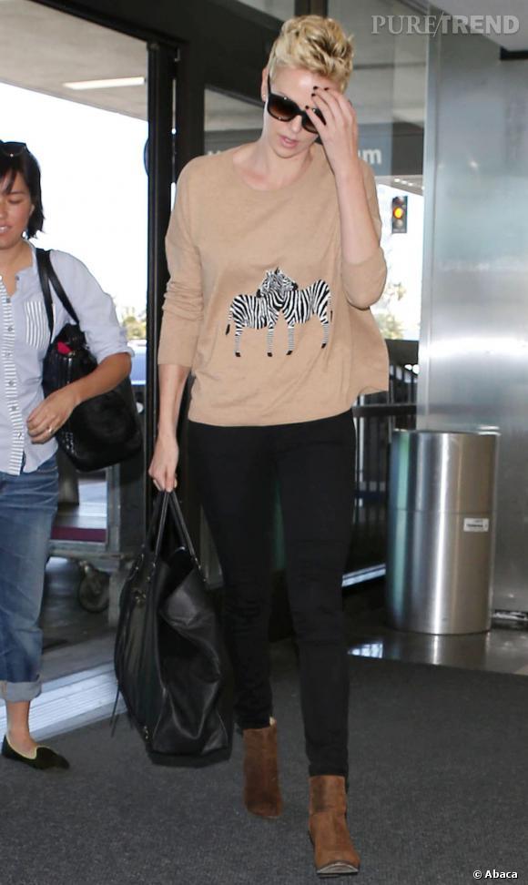 Charlize Theron porte un sweat couleur nude.