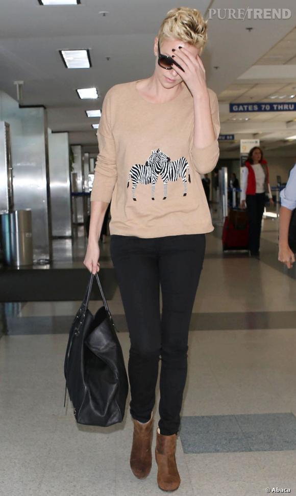 Charlize Theron porte un sweat Madewell avec des zèbres brodés.