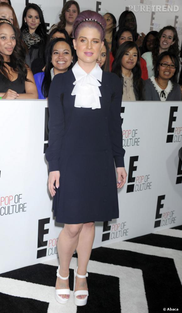 Kelly Osbourne porte des chaussures à plateformes qui ne vont pas du tout avec sa robe.