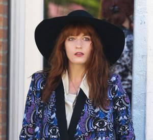 Florence Welch une large capeline noire.