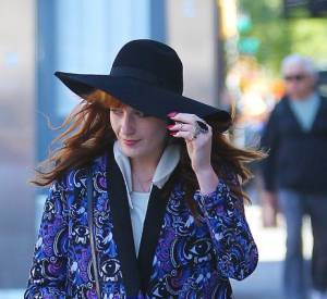 Florence Welch porte un manteau oversize à imprimé.