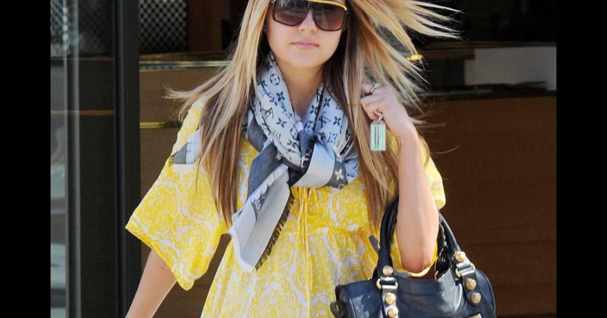 8021285693f6 Sac Balanciaga, foulard Louis Vuitton et petite robe d été, Amanda est une  vraie it-girl ! - Puretrend