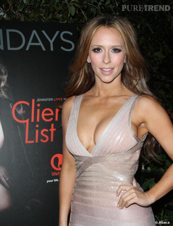Jennifer Love Hewitt et très sexy en robe moulante.