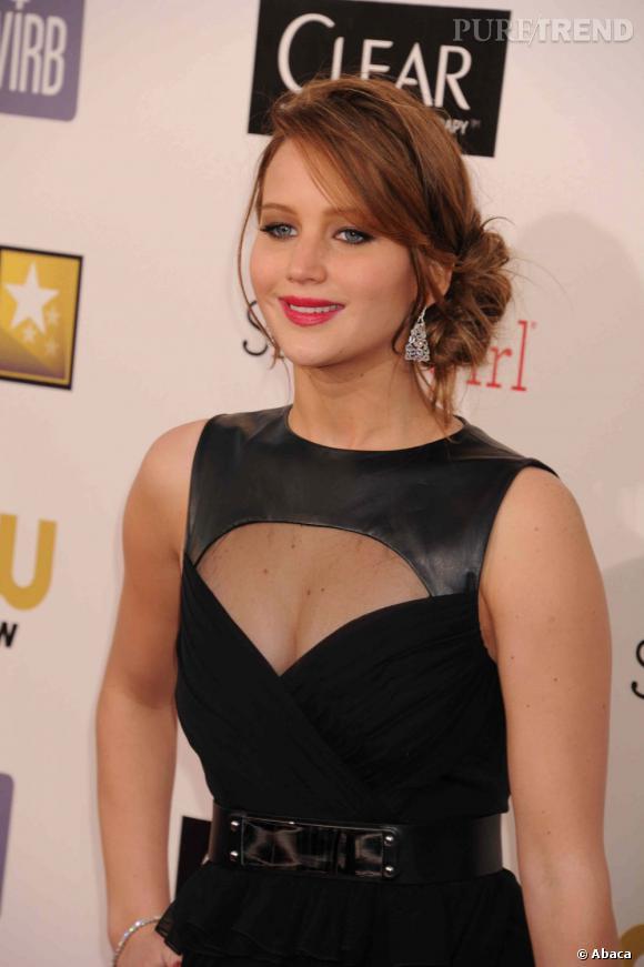 Jennifer Lawrence joue de transparence avec sa robe noire.