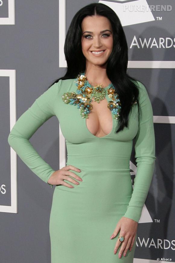 Katy Perry en robe Gucci très décolletée.