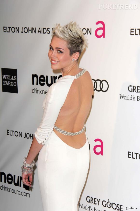 Miley Cyrus et sa robe au dos très échancré, la number one du classement des femmes les plus sexy par Maxim.