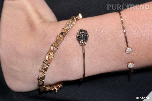 Miley Cyrus mise sur plusieurs bracelets dorés pour parfaire son look à la soirée Maxim.