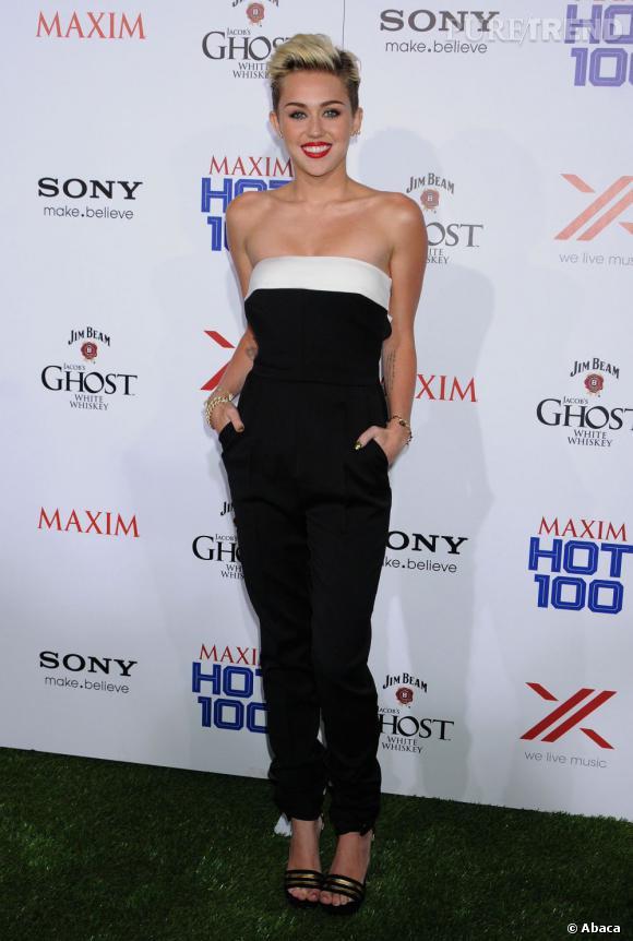Miley Cyrus mise sur une combinaison Valentino pour briller à la soirée Maxim.