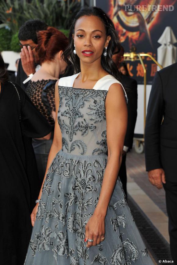 Zoe Saldana porte une robe brocard très élégante.
