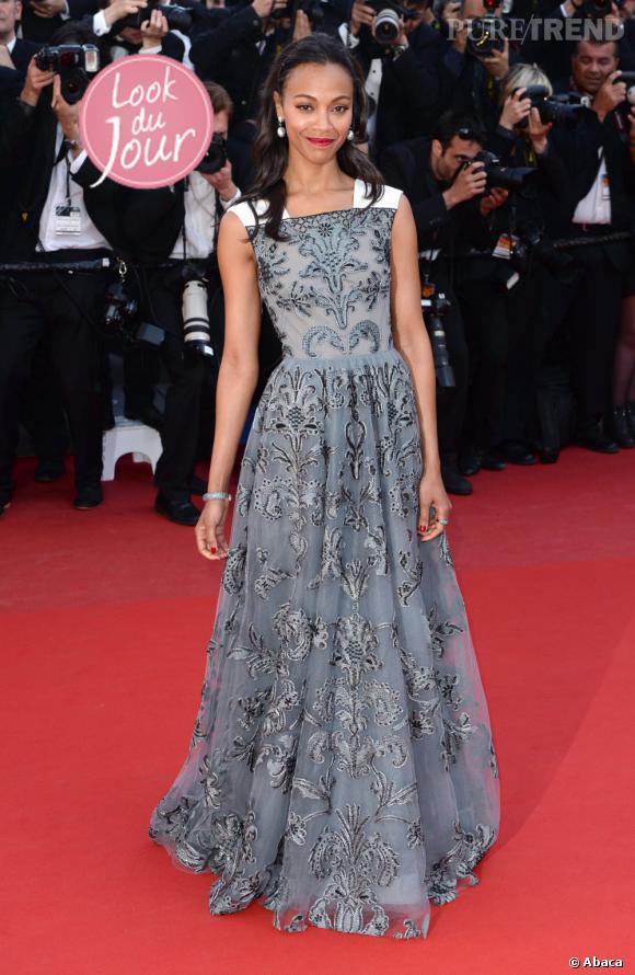 """Zoe Saldana, élégance sophistiquée sur le tapis rouge du Festival de Cannes pour la projection hors compétition de """"Blood Ties"""" de Guillaume Canet, le 20 mai 2013."""