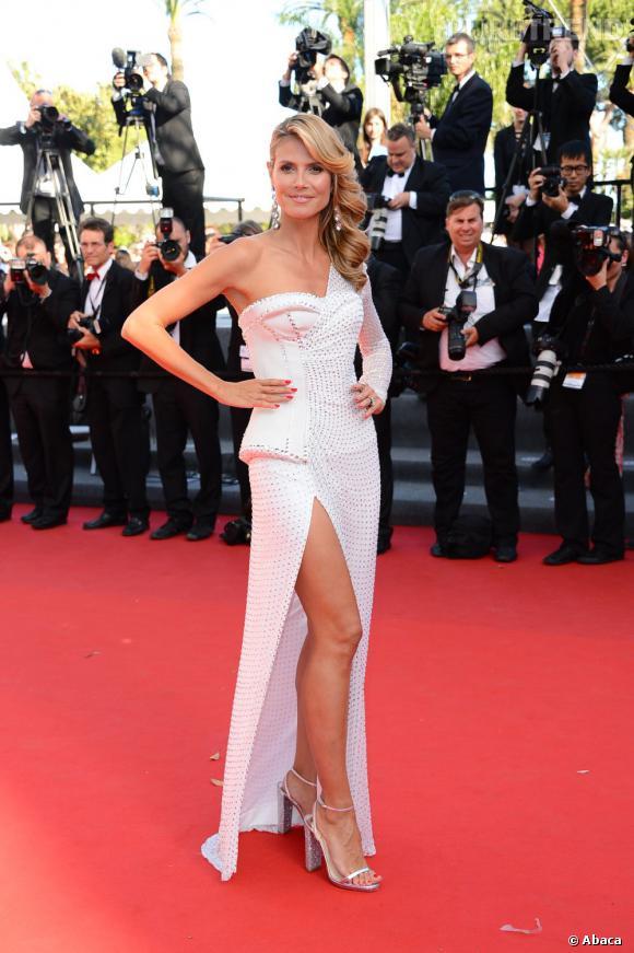 """Heidi Klum à la montée des marches du film """"Nebraska"""" porte une robe Versace."""