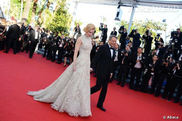 """Nicole Kidman en Valentino au côté de Ang Lee à la montée des marches du film """"Nebraska""""."""