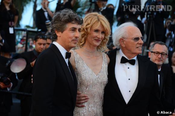 """Alexander Payne, Laura Dern (avec des boucles d'oreilles Boucheron) et Bruce Dern à la montée des marches du film """"Nebraska""""."""
