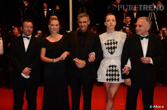 """Vincent Maraval, Abdellatif Kechiche, Lea Seydoux, Adele Exarchopoulos et Brahim Chioua à la montée des marches du film """"La vie d'Adèle""""."""