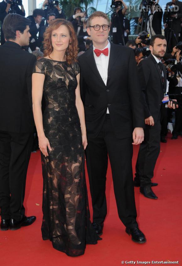 """Kerry Bishe à la montée des marches de Cannes pour """"Max Rose"""" porte une robe Escada."""
