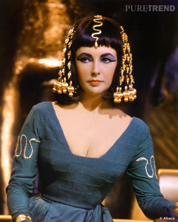 """Elizabeth Taylor en Cléopâtre dans le film """"Cléopâtre"""" de Joseph L. Mankiewicz en 1963."""