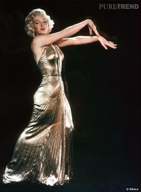 Marilyn Monroe dans une robe moulante et doré, reine du glamour.