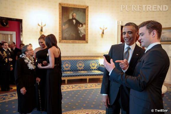 On se demande bien ce que Justin Timberlake montre à Barack Obama. Mais ça a l'air intéressant !