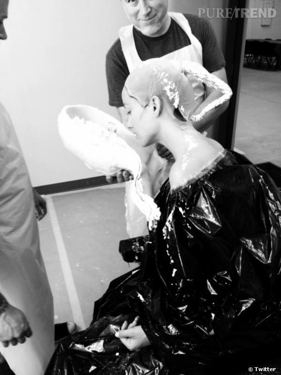 Olivia Wilde se prépare pour son nouveau film. Masque de plâtre, sacs poubelles : mais que se passe-t-il ?!