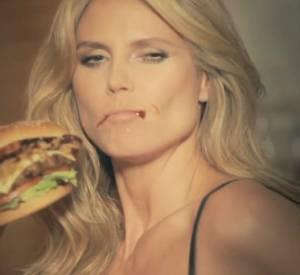 Heidi Klum nous prouve qu'elle adore les hamburgers, surtout ceux de Carl's Jr.