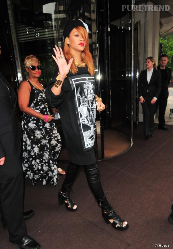 Rihanna dévoile un look noir et blanc et une chevelure rousse en sortant de son hôtel à Londres.