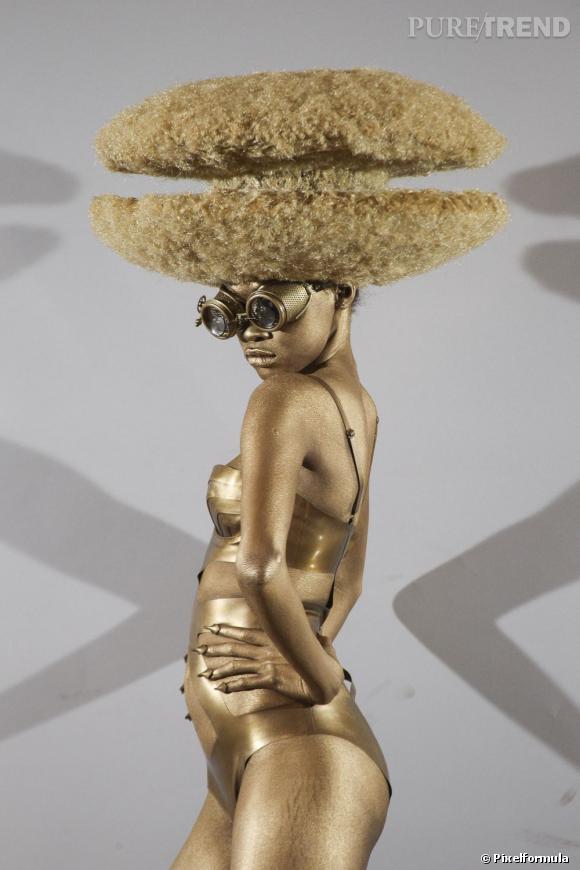 Défile Haute Coiffure 2013 Charlie Le Mindu : l'afro macaron de Le Mindu.