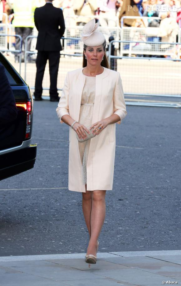 Robe mi-longue sans décolleté, manteau coordonné : Kate Middleton est très élégante pour sa grossesse.