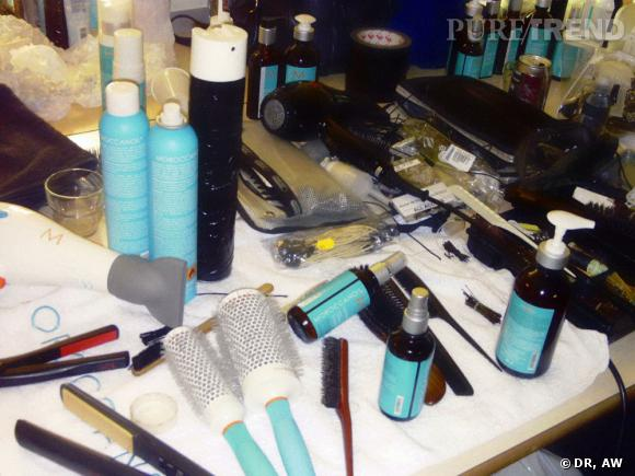 Dans les backstages du défilé Yiqing Yin : la hair stylist Delphine Courteille a travaillé la texture des cheveux avec les produits Moroccanoil.