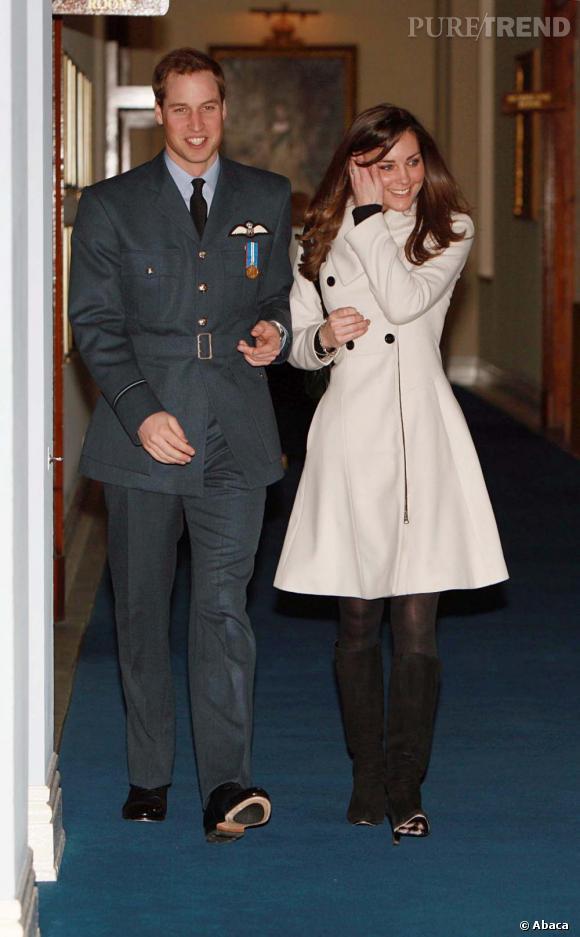 Le look bicolore : Kate Middleton    Comme Diana, Kate opte pour le black and white mais avec sa patte. Elle choisit un manteau trapèze et des bottes.