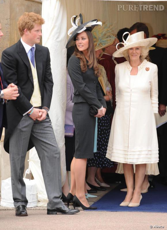 Photo de famille (royale) : Kate Middleton     Bibi XL de rigueur, Kate opte aussi l'ensemble veste jupe mais opte pour une paire de talons plus hauts résolument modernes.
