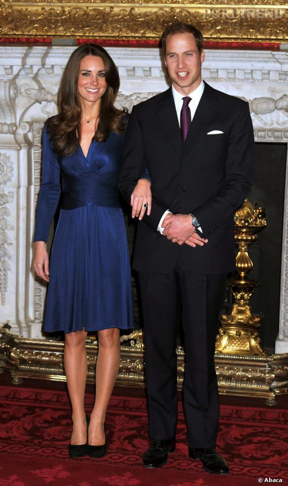 Les fiançailles : William & Kate     Le 16 Novembre 2010, c'est avec la même bague que s'affiche Kate Middleton. Comme Diana, elle pose vêtue de bleu nuit pour sa première photo officielle en tant que membre de la famille royale. En robe Issa, elle affiche clairement une attitude plus libérée avec un soupçon d'audace.