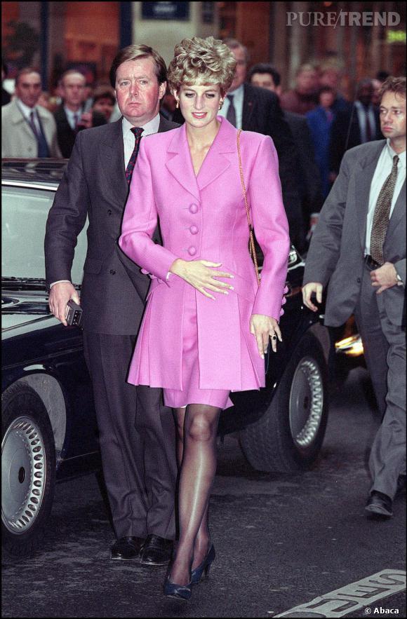 Le tailleur flashy : Diana    Au début des années 90, Diana succombe au tailleur flashy avec un rose qu'elle dédramatise d'un collant et d'escarpins sobres.