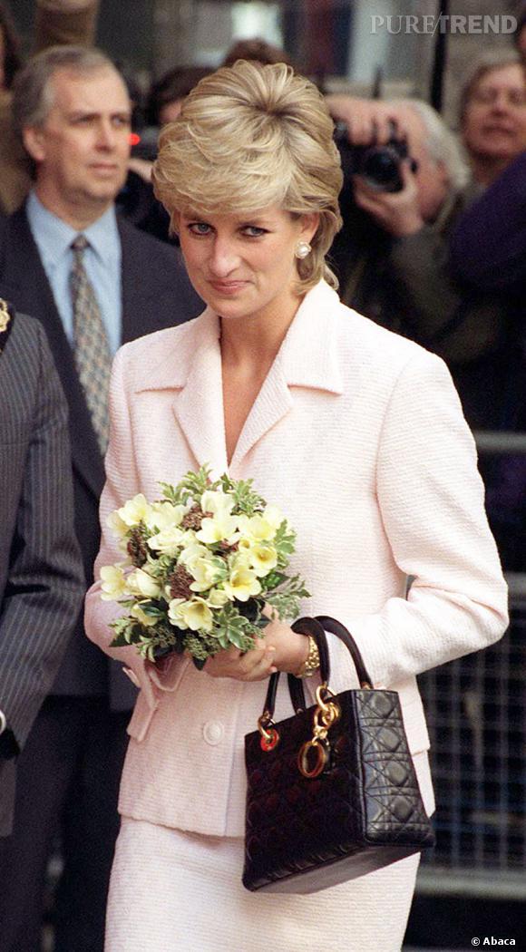 """Le cas du sac   : Lady Di    Lady Diana ne jure que par le sac cannage Lady Dior. Ni extravagant ni trop classique, il correspond bien au look """"classic with a twist"""" de la Princesse."""