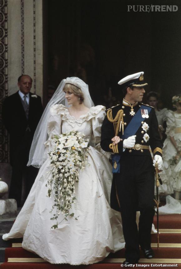 Le mariage : Diana    Robe bouffante, bouquet giganteste et léger voile était le vêtement de Diana pour son mariage. Il est étrange de remarquer que les deux époux regardent dans des directions différentes.