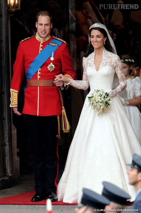 Le mariage : Kate    Kate Middleton a choisi plus de volupté et de légéreté dans sa tenue de mariage et mise sur la dentelle pour le romantisme. A noter que les mariés regardent dans la même direction contrairement à Diana et le Prince Charles...