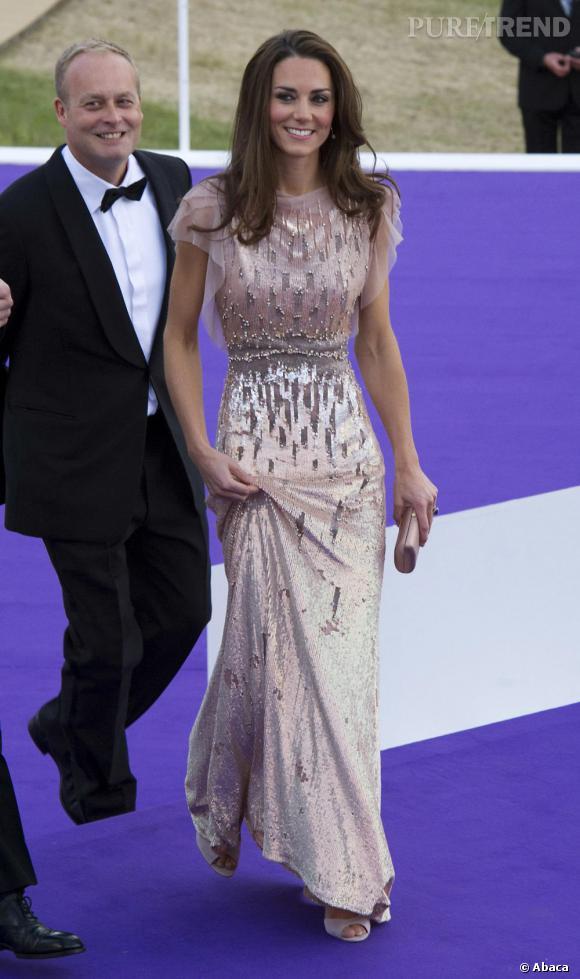 La robe du soir version   Kate Middleton    Même longueur flirtant avec le sol, même matière soyeuse, mais la comparaison s'arrête là. Plus moderne, Kate opte pour une pièce dos nu imprimée, terriblement audacieuse.