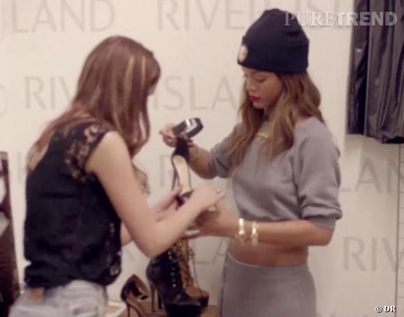 Rihanna en plein vérification des sandales à talons hauts.